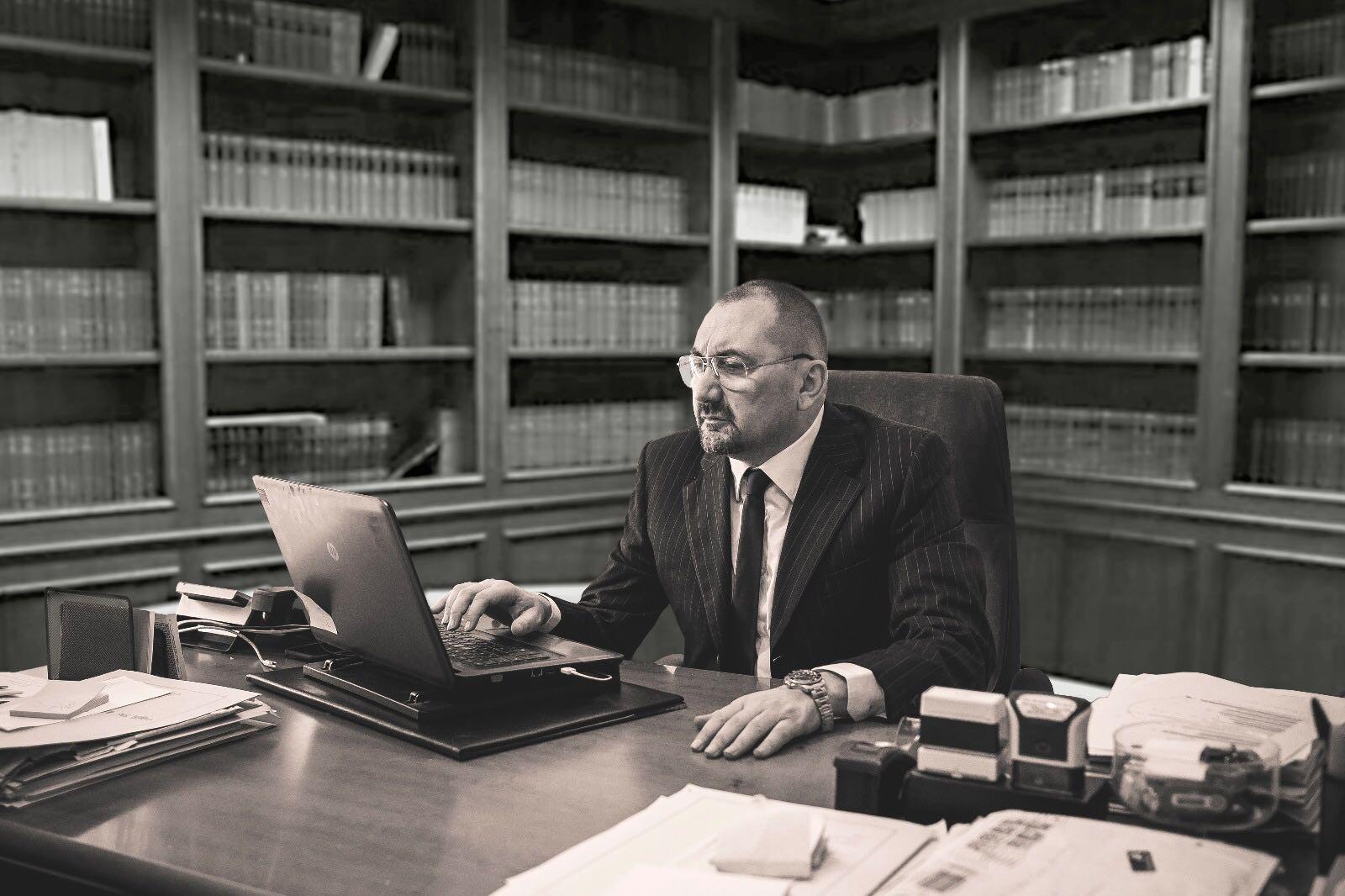 L'avvocato Alexandro Maria Tirelli nel suo studio di Milano