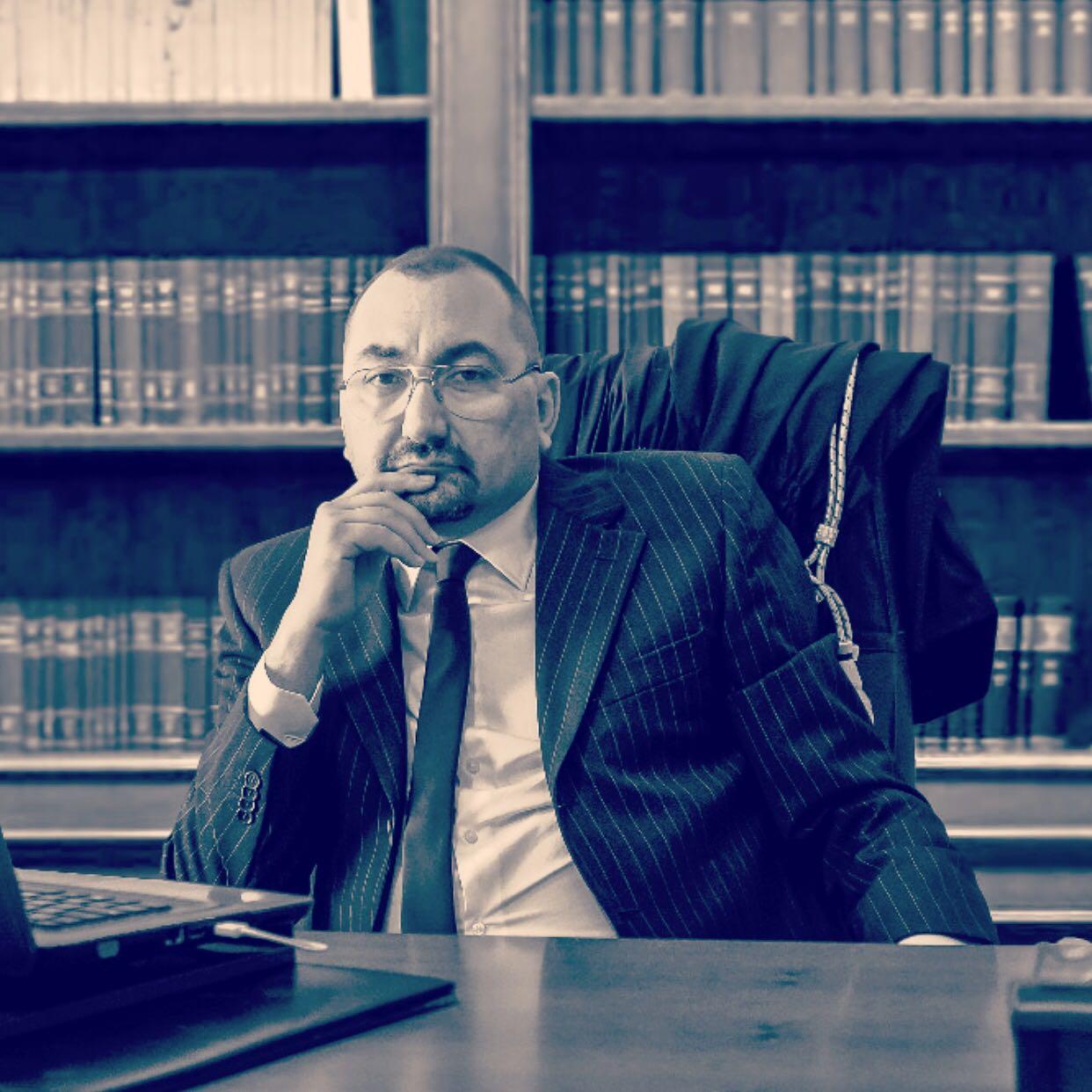L'Avvocato Alexandro Maria Tirelli nel suo studio di Roma